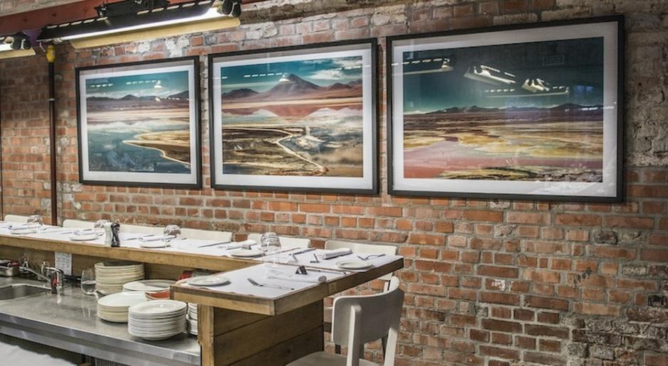 Wyjść poza tradycyjne ramy galeryjne i... zrobić wystawę w restauracji