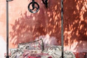 Pastele tłem dla motywów kwiatowych i hinduskiego wzoru paisley