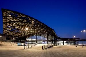Dworzec Łódź Fabryczna w stylowym oświetleniu