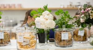 Cukiernia Karpicko - efektowne szklane gabloty i pastelowa kolorystyka