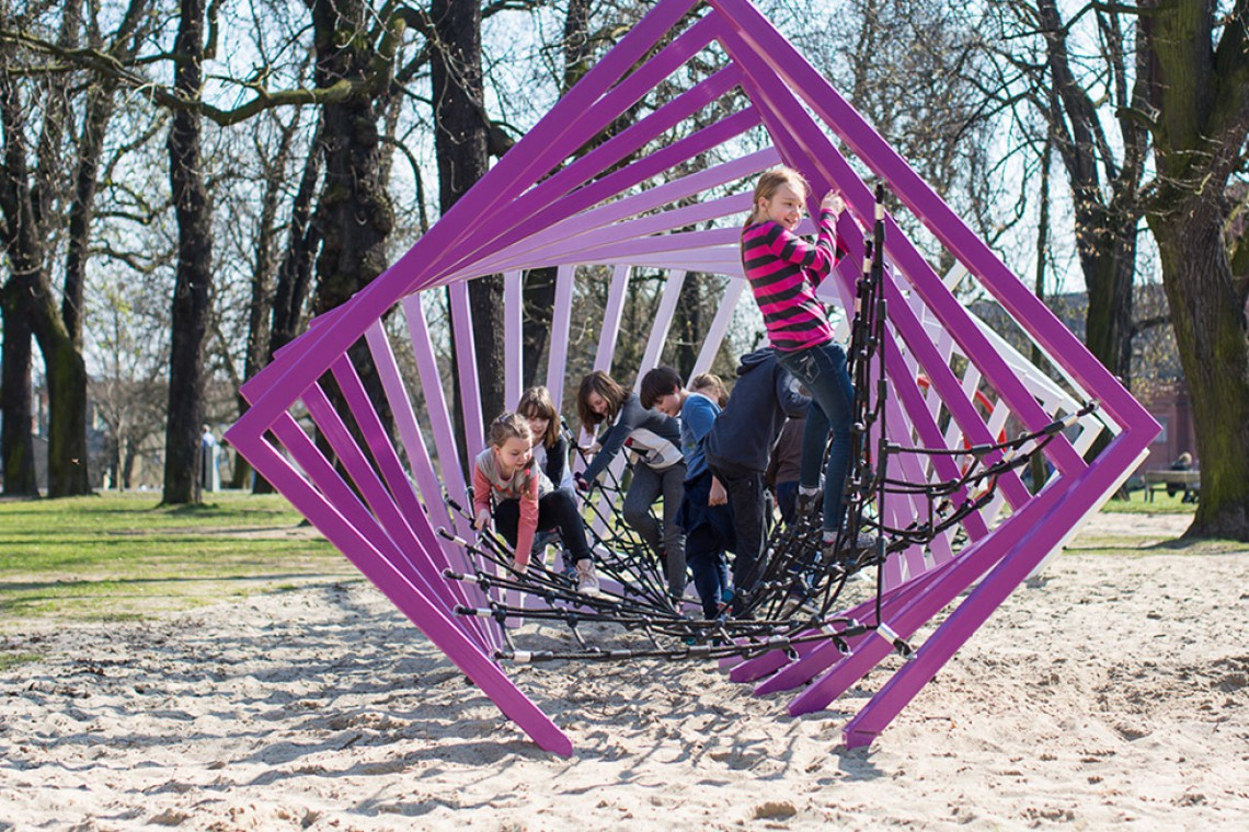 Nie tylko niebanalne kształty i geometryczne formy. Zobacz niezwykły plac zabaw
