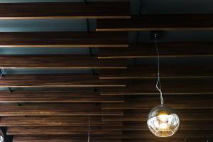 Szarość i faktura drewna. Zaglądamy do wnętrza klimatycznej kawiarni
