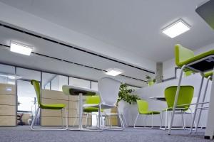 Świetlne sztuczki w biurze Foster + Partners