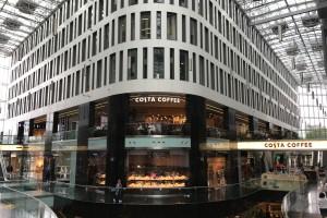 Odmieniona Costa Coffee w warszawskim centrum. W designie dominuje zieleń