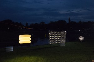 Światło po zachodzie słońca. Zobacz designerskie oświetlenie do ogródka lub na taras