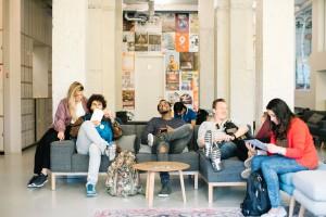Nowa generacja podróżników. Jak hotele odpowiadają na potrzeby millenialsów?