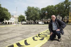 Gigantyczna instalacja Roberta Rumasa na Starym Rynku w Łodzi