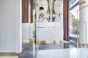 Luksusowy salon piękności zachwyca. Rządzi tu marmur i mosiądz
