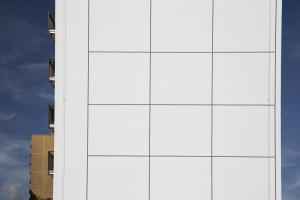 Cały na biało, czyli jak odwrócić trend malowania budynków na przypadkowe kolory