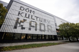 Industrialny charakter budynku współgra z przemysłowym charakterem Służewca