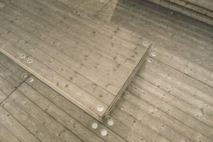 Drewiany taras przy Muzeum Sztuki Nowoczesnej. Nie tylko miejsce do wypoczynku