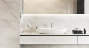 Niezrównany marmur również dla biurowych łazienek