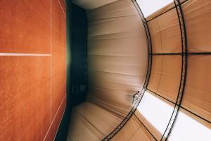 Przeczące grawitacji kompozycje. Te fotografie łączą architekturę i freerunning w przestrzeni miejskiej