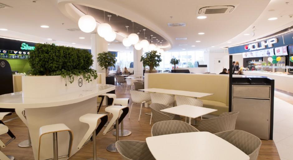 Food court w pomorskim Klifie cały skąpany w bieli
