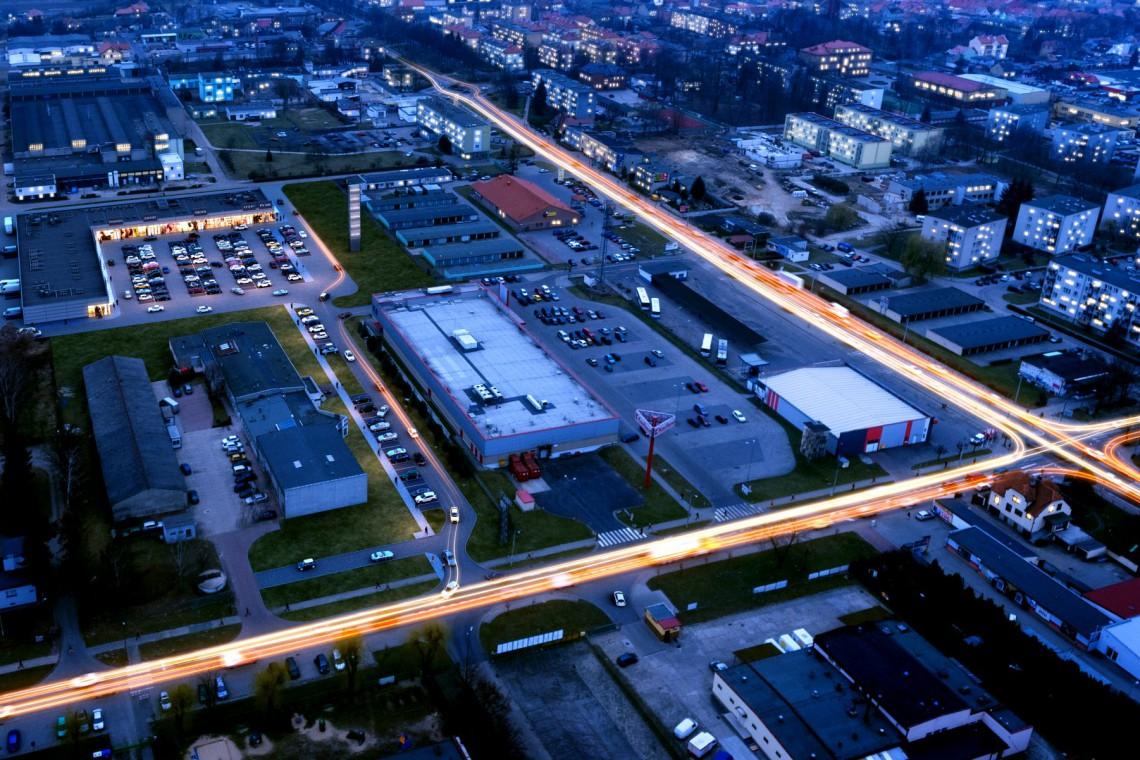 Rawicz - jedyny w mieście park handlowy już otwarty. To projekt Modo Architektura