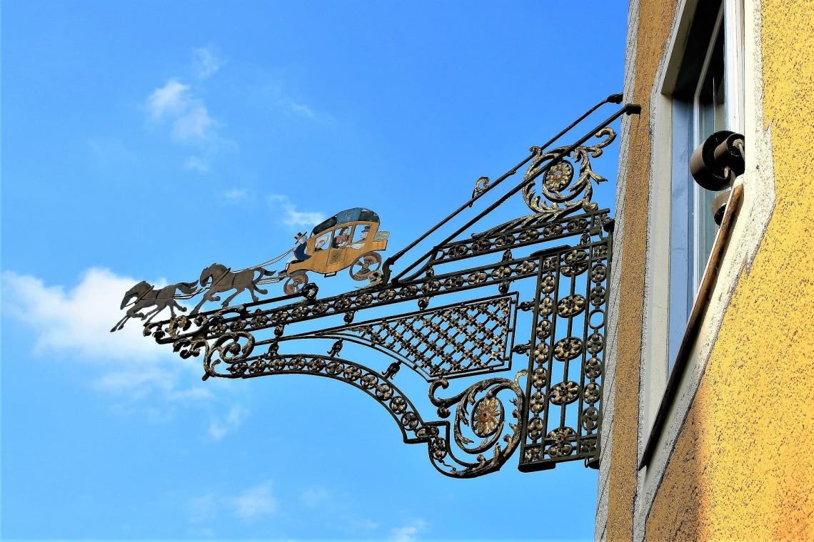 Z nowymi szyldami na warszawskiej Pradze. Dobra reklama zdobi, a nie szpeci