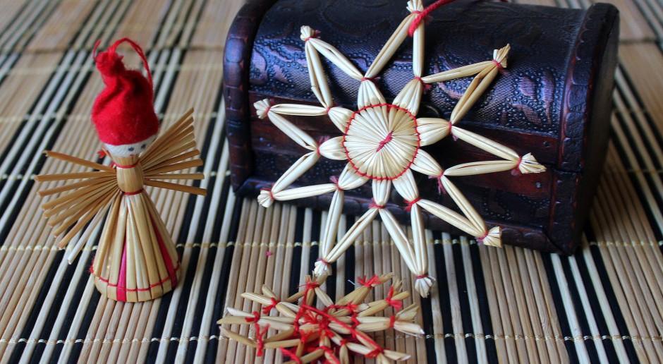 Słomiane ozdoby na choinkę zakorzenione w polskiej tradycji