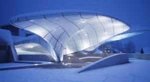 Kosmiczna kolejka liniowa świętuje urodziny. Projekt Zaha Hadid Architects wciąż zachwyca!