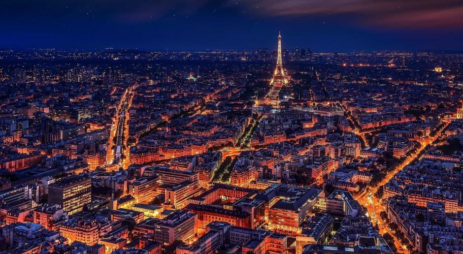 Szykowne iluminacje świąteczne rozświetlają Paryż