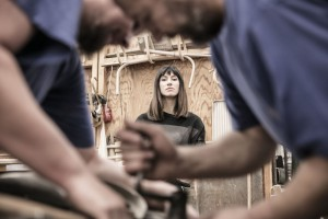 Łagodne łuki, kontrastujące materiały i ręcznie gięte drewno. Oto sexy fotel klubowy
