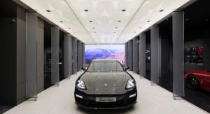 Wnętrze salonu samochodowego przypominające... wybieg na pokazach mody