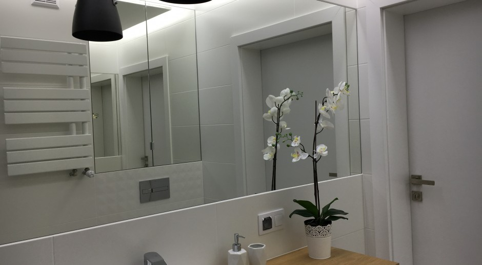 Biel i czerń z domieszką drewna, czyli przepis na łazienkę
