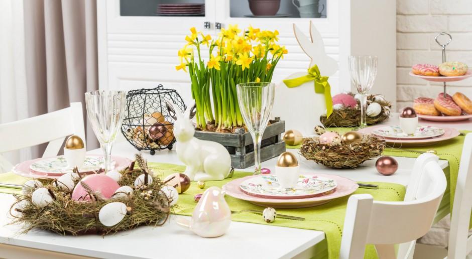 Wielkanocne aranżacje stołu. Graj w zielone i … różowe!