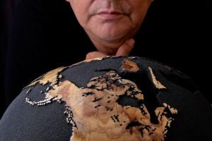 Globus niczym małe dzieło sztuki. To projekt Bruno Helgena