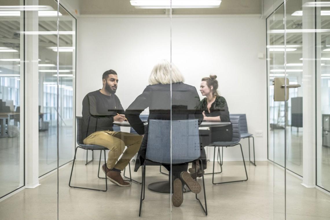 System oświetlenia do inteligentnego biura. Dostosuj światło za pomocą smartfona