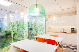 Proste formy, kolorowe tapety i terapeutyczna zieleń. Tak się pracuje w Verco