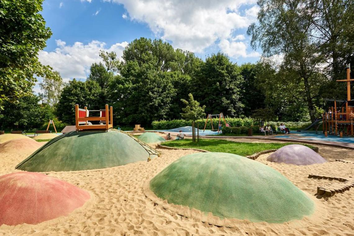 Łódź: Kajaki, rowery wodne, budynek przystani i górka dla rowerzystów i saneczkarzy
