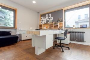Biuro, w którym pierwsze skrzypce gra... sklejka