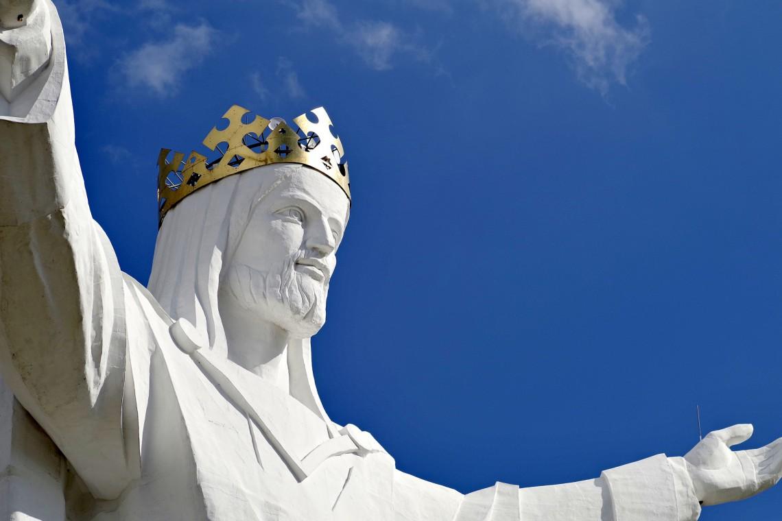 Figura Chrystusa Króla bez szpecącej infrastruktury