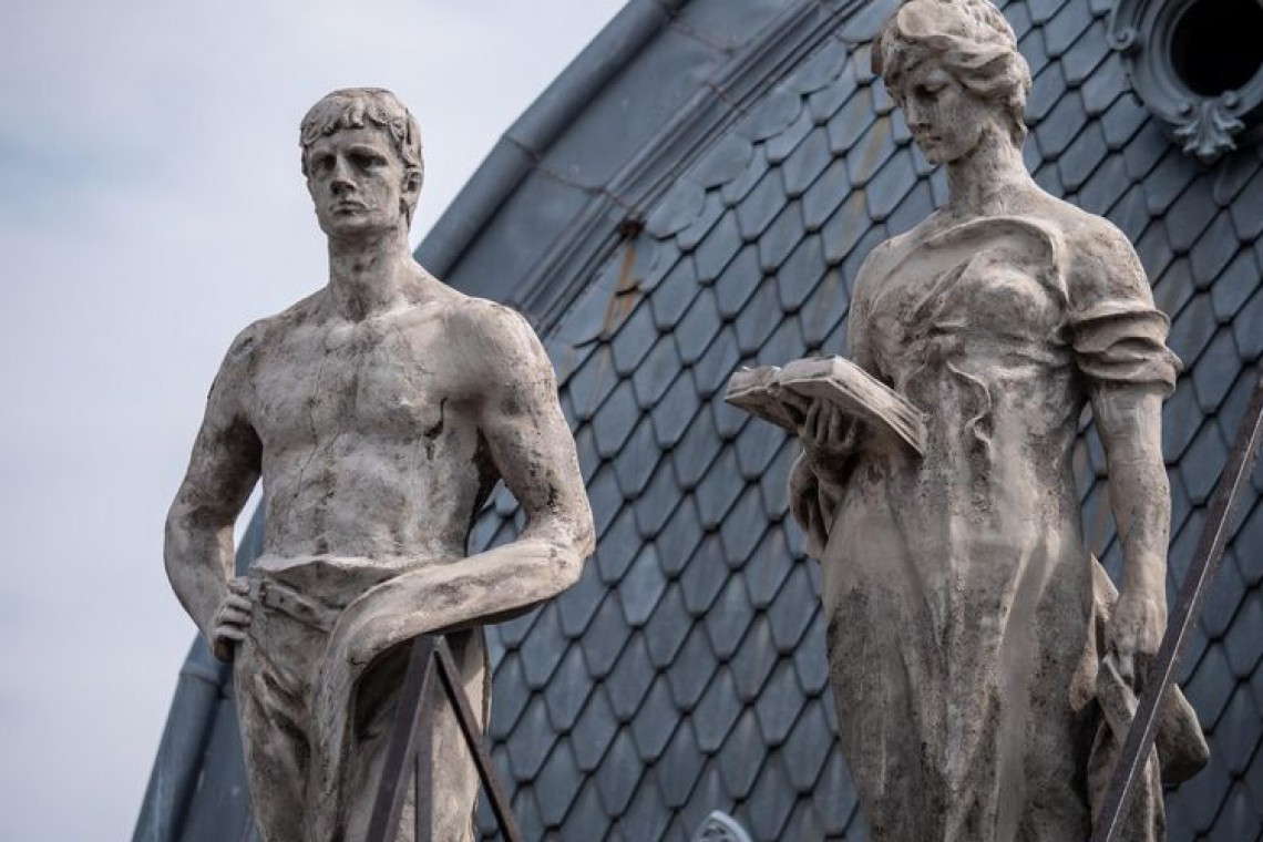 Rzeźby na dachu Pałacu Poznańskiego odzyskują dawny blask