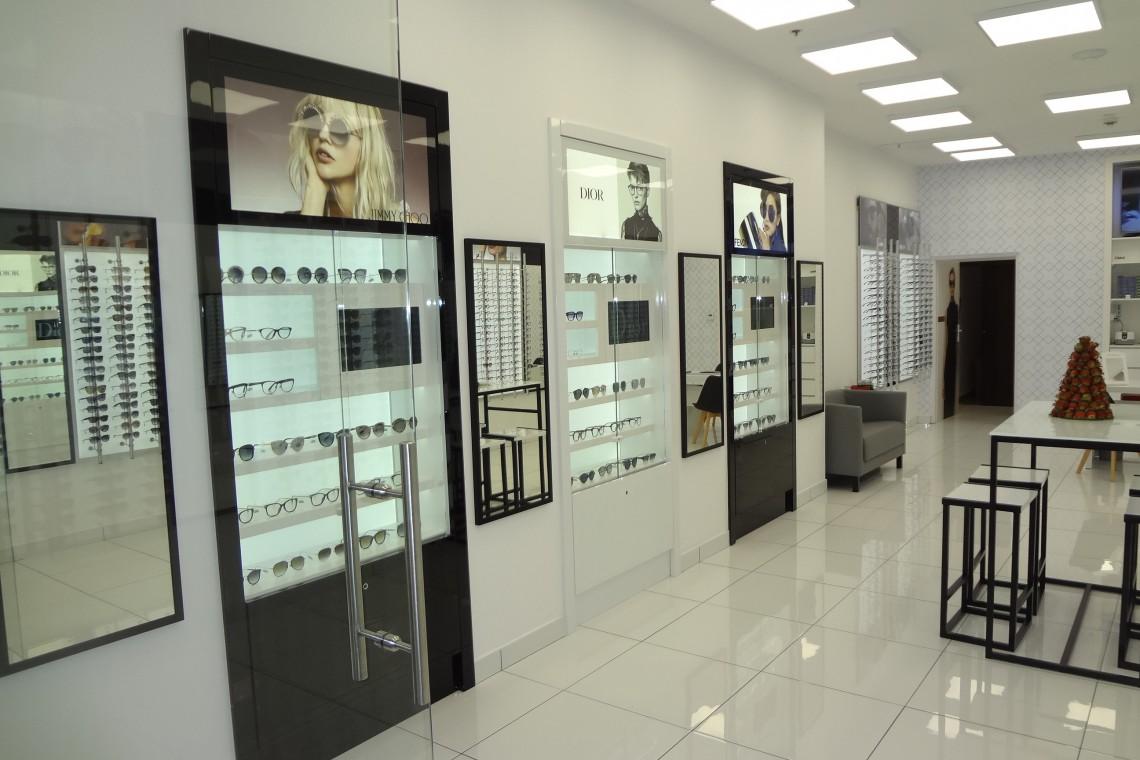 Salon optyczny skąpany w bieli