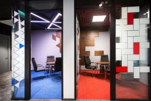 Drewno, beton i moc koloru. Oto biuro firmy Ingram projektu Bit Creative