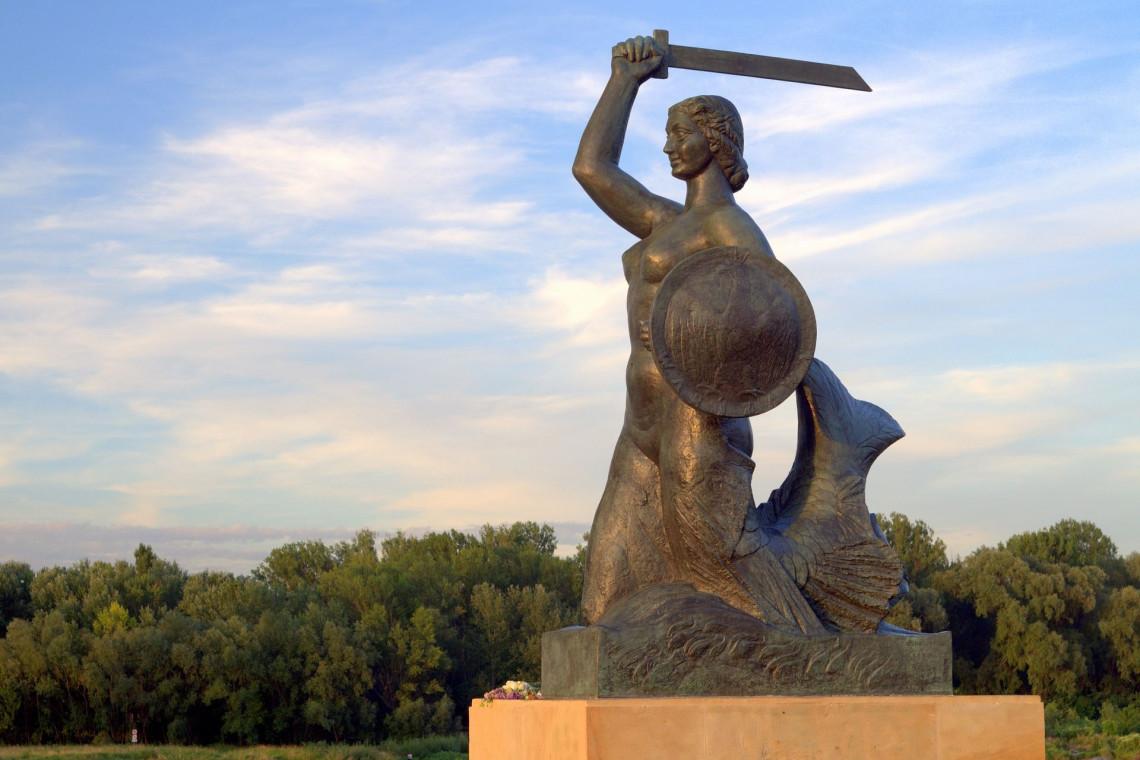 Letnia kąpiel warszawskich rzeźb