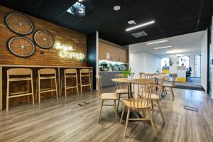 Beton, drewno, cegła i otwarty sufit. Oto nowe biuro firmy Lingaro