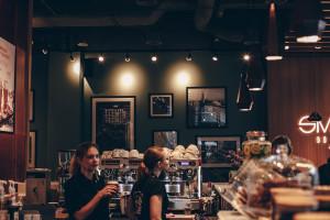 Najnowsza Costa Coffee w Warszawie. Zaskoczyła lokalizacją i designem