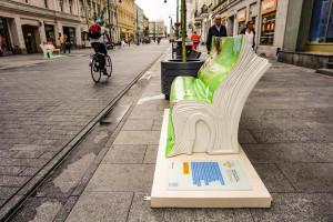Piotrkowska z bajecznie kolorowymi ławkami w kształcie... książek