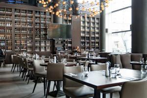 Wysoki sufit w restauracji - atut, ale i wyzwanie dla architekta
