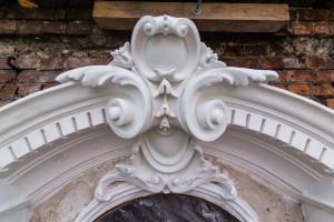 Kamienice Foksal 13/15 odzyskują pierwotny wygląd. Trwa konserwacja elementów zabytkowych i renowacja elewacji