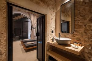 Rezydencja z XVI wieku zamieniona w klimatyczny hotel. Oto wnętrze pełne łuków, naturalnych materiałów i arabskich wzorów