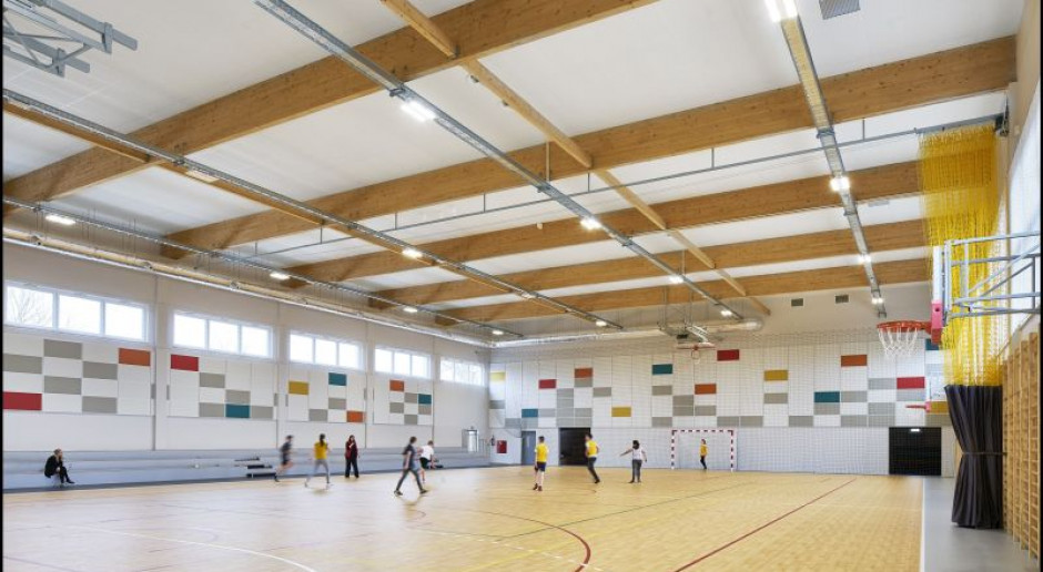 Jak poprawić akustykę w obiektach sportowych?