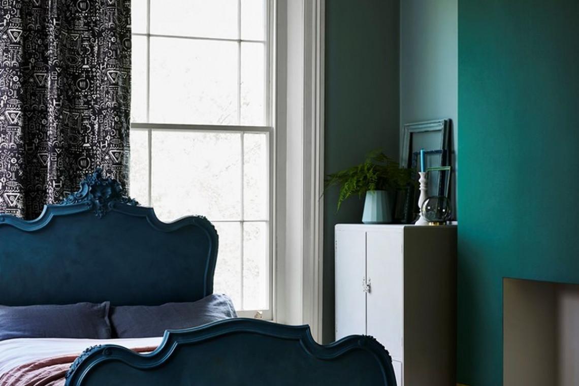 Szmaragdowa zieleń ścian. Doskonałe tło dla morskiego błękitu i subtelnej szarości