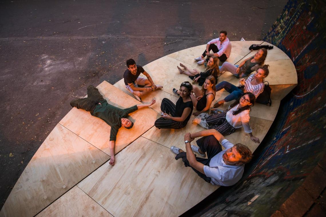 Studenci zaprojektowali niezwykłe meble miejskie z drewna