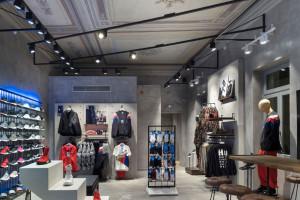 Wielopoziomowe doświadczenia w sklepach marki Adidas