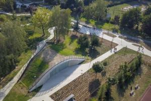 Nowy budynek porośnięty żywą zielenią w Płocku