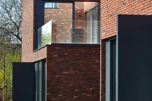 Te nowoczesne wille miejskie odwołują się do ceglanej tradycji międzywojennych domów