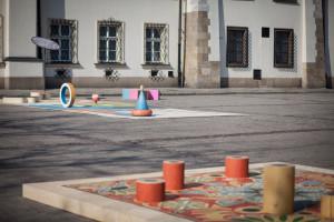 Miejski plac jako teren gry z tradycją wsi? Wspólna przestrzeń jako pole działania wyobraźni? Czemu nie!